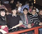 建築師Roxana(右一)於6月13日晚在阿根廷首都布宜諾斯艾利斯的Opera劇院觀看了神韻舞劇團的《西遊記》演出。(林南/大紀元)
