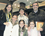 律師Octavio Araoz de Lamadrid先生一家人於6月13日晚在阿根廷首都布宜諾斯艾利斯的Opera劇院觀看了神韻舞劇團的《西遊記》演出。(林南/大紀元)