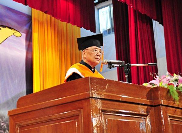 國立聯合大學校長許銘熙,在致詞時期勉畢業生「勇於開始,迎接夢想」。(苗縣府/提供)
