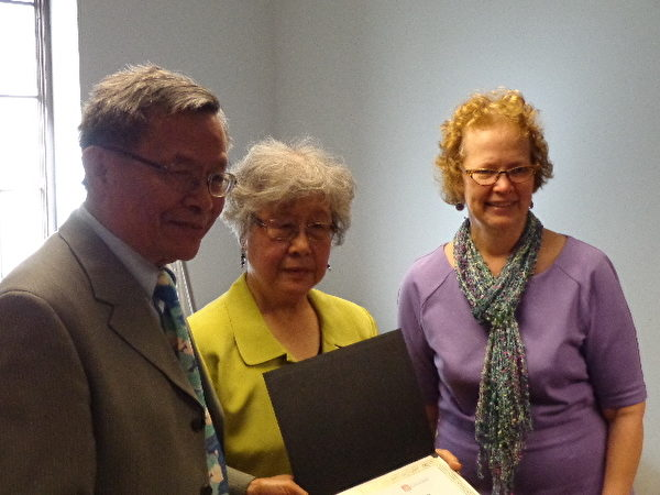 华盛顿大学副教务长贝特西‧威尔逊(右)为捐助人颁发证书。(云林杉/大纪元)