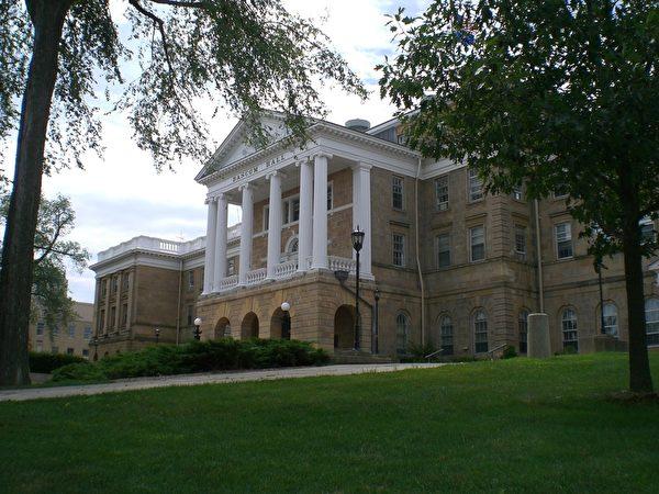 威斯康辛大學麥迪遜分校坐落於愛威斯康星州的麥迪遜,建於1850年,是美國最著名的公立研究型大學之一。(維基百科公共領域)