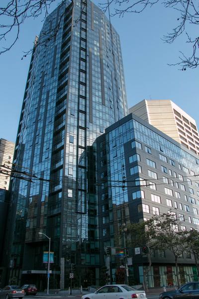 距离100 Van Ness一个街角的NEMA公寓楼。(李圆明/大纪元)