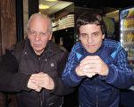 武術教練Jorge Moyano 先生(左)與兒子Nahuel Moyano於6月14日下午觀看了神韻舞劇團在阿根廷首都布宜諾斯艾利斯的Opera劇院進行的最後一場《西遊記》的演出。(林南/大紀元)
