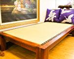 图:榻榻米床以传统木工技术卡接在一起,简单又艺术,木条、板之间契合严密,扎实稳当。(王文旭/大纪元)