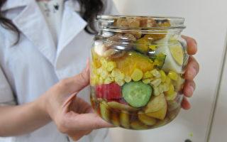 南投医院陈姓员工上班时都会自备一瓶罐沙拉,色彩鲜艳令人食指大动。(南投医院提供)