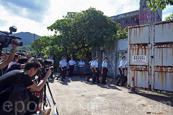 警方6月14日在全港多個地方拘捕5男4女,涉串謀製造炸彈。一批警員6月15日到西貢亞視舊片廠一帶搜查。(潘在殊∕大紀元)