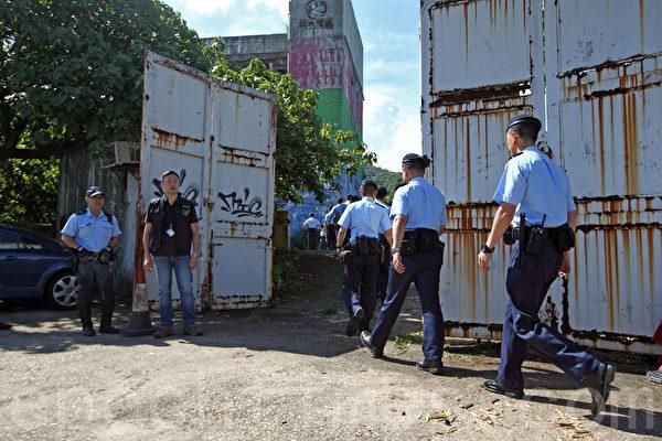 警方6月4日在全港多個地方拘捕5男4女,涉串謀製造炸彈。一批警員6月15日到西貢亞視舊片廠一帶搜查。(潘在殊∕大紀元)