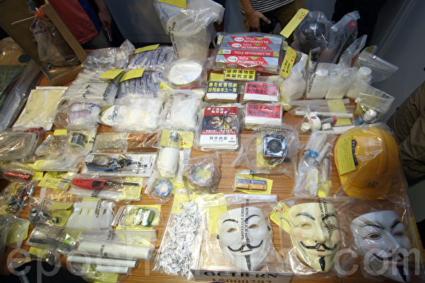 警方6月14日在全港多個地方拘捕5男4女,涉串謀製造炸彈。警方6月15日展示行動中搜獲的證物。(蔡雯文∕大紀元)