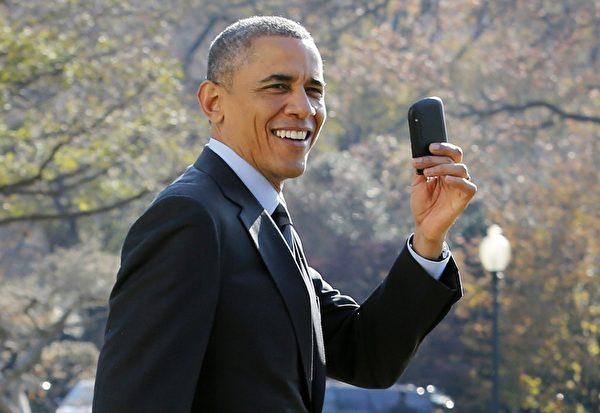 奧巴馬總統黑莓手機不離身。(Photo credit should read YURI GRIPAS/AFP/Getty Images)
