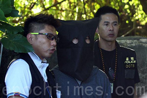 西貢蠔涌亞洲電視舊廠房發生懷疑炸彈案,警方6月6日下午約5時,將其中一名疑犯押返現場重組案情。(潘在殊∕大紀元)