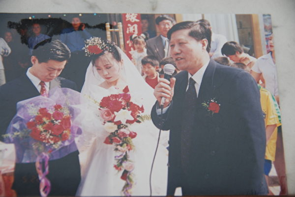 鄭維東(已過世)1999年5月在兒子的婚禮上講話(鄭治提供)