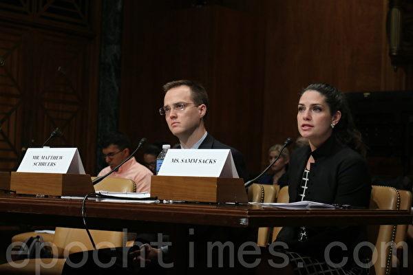 出席聽證會的兩位專家,左一為計算機與通信行業協會(Computer & Communications Industry Association, CCIA)副總裁馬修.舒爾斯(Matthew Schruers),左二為歐亞集團(Eurasia Group)中國問題分析師薩姆‧薩克斯(Samm Sacks)。(蕭桐/大紀元)