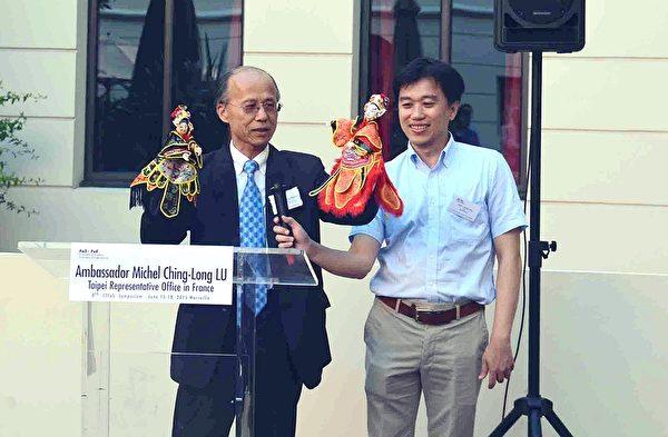 呂慶龍先生透過布袋戲導入台法科技合作成果。(駐法代表處科技組提供)