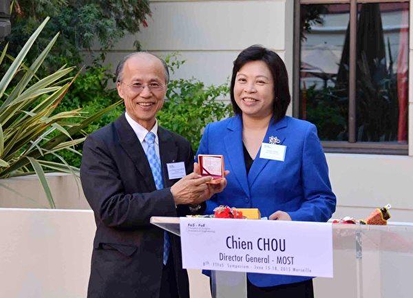 周司長代表科技部感謝呂慶龍對促進台法科技交流的重要貢獻。(駐法代表處科技組提供)