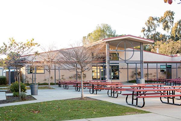 聖卡洛斯(San Carlos)的一間特許學校(Charter School)。(李圓明/大紀元)