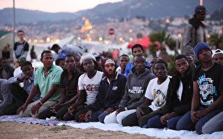 2015年6月17日,意大利文堤米利亞,約200名大多來自利比亞、蘇丹和厄立特里亞的難民,在意大利邊境企圖進入法國,被法國警方拒絕入境。法國警方已對大量非法移民入境提出了警告訊息。(Patrick Aventurier/Getty Images)