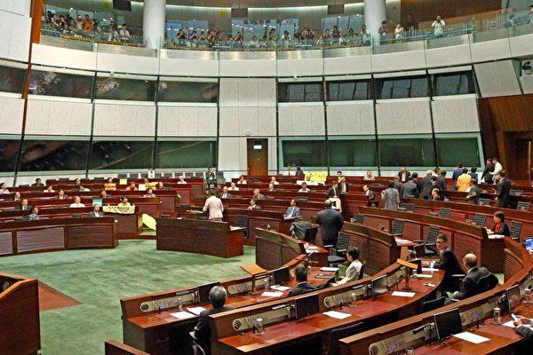 投票前一刻,大部份建制派議員突然離場,只有8名建制派議員留在會議廳內。(潘在殊/大紀元)