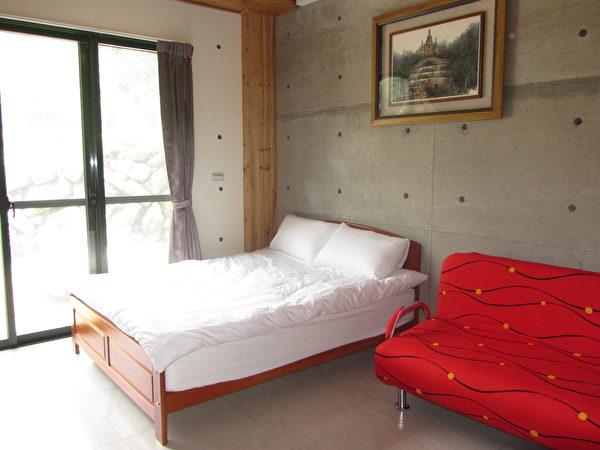 小木屋室内墙采用日本工法,灰白色的清水壁,有一种独特的氛围。(林宝云/大纪元)
