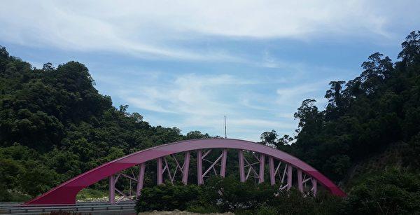 醒目的粉红色拱桥。(林宝云/大纪元)