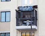 6月16日凌晨,北加州伯克利市中心的一栋公寓的阳台发生坍塌,倒塌的阳台,盖在下面一层的阳台上。(马有志/大纪元)