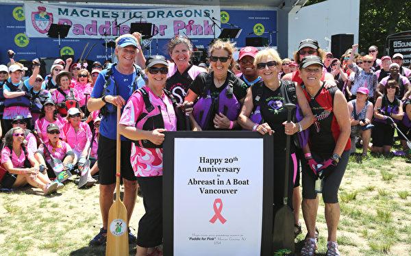 圖:參與龍舟賽的乳癌康復者合影。(姬承羲/大紀元)