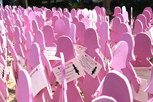 圖:為了讓人們意識到每年新增的乳癌患者人數,而在會場設置的粉紅色人偶。(姬承羲/大紀元)