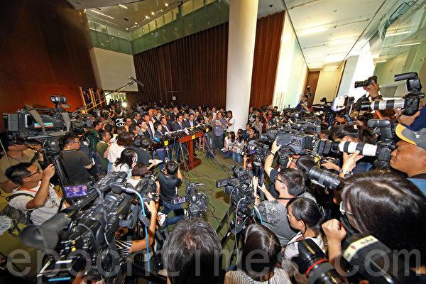 中共強推的香港「假普選」政改方案6月18日進行第二日審議,最終以8人讚成、28人反對及有一人無投票下,於當日中午獲大比數反對而被否決。大批傳媒在立法會追訪。(潘在殊/大紀元)