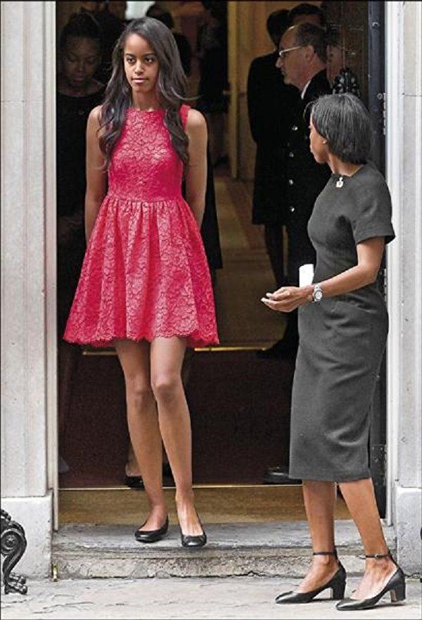 美國第一千金瑪利亞(左)身材高挑,穿上色彩鮮明的洋裝亮相超搶眼。(法新社)