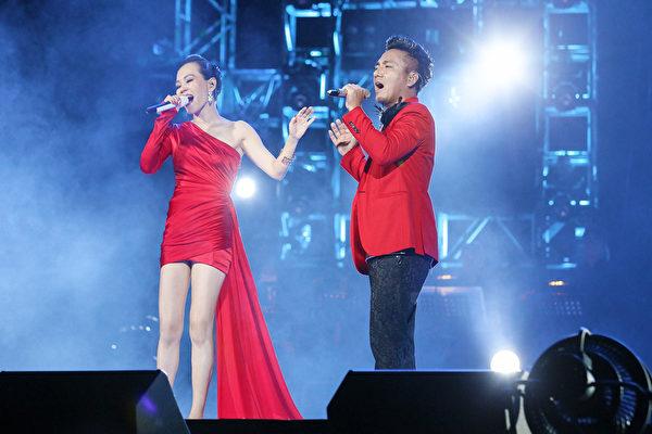另一位嘉賓是彭佳慧18歲就一起跑pub演唱的民雄(右)。(風流女生提供)