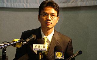 前外交官陈用林对目前大陆出现的诉江潮表示非常高兴,认为对推动整个民族灵魂的觉醒有重要意义,并呼吁大陆更多的人站出来发声。图为2005年7月10日陈用林召开记者招待会及华人座谈会,感谢各界朋友的关心,揭露中共对海外华人社区的渗透和控制。(骆亚/大纪元)
