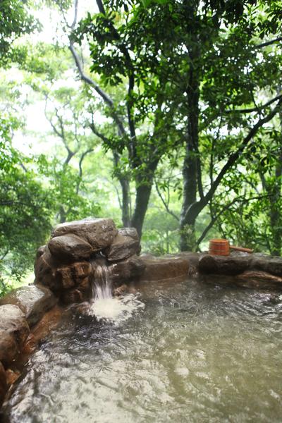 阳明山出雾温泉全年不降价的河谷风吕客房,室内、室外皆有个人汤屋。(出雾温泉提供)