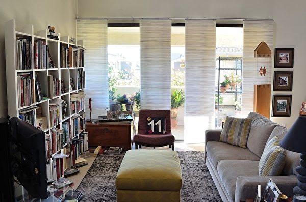 (After)客厅放入量身定做的家具,兼具读书、娱乐等功能。(巴塞特提供)