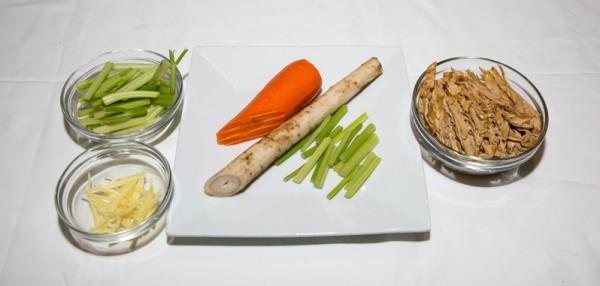 材料:牛蒡:10oz、胡萝卜:4oz、芹菜:2 oz、斋腐皮:4oz、姜丝:4片。(许心如/大纪元)