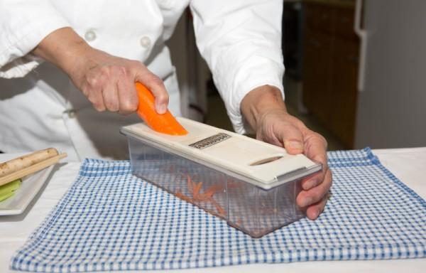 1.牛蒡、斋腐皮、姜切丝,胡萝卜去皮,洗干净后刨丝。牛蒡丝用水加少量白醋浸泡10分钟,捞起晾干水备用。(许心如/大纪元)