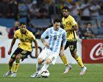 梅西(中)已代表阿根廷国家队打了100场比赛。(JUAN BARRETO/AFP/Getty Images)