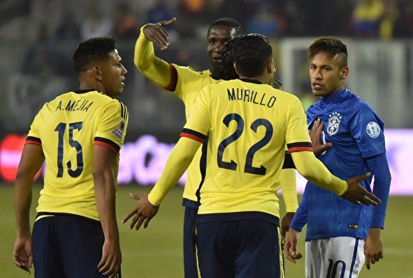 内马尔(右)被哥伦比亚球员一次次侵犯,脸上写满了不爽。(NELSON ALMEIDA/AFP/Getty Images)