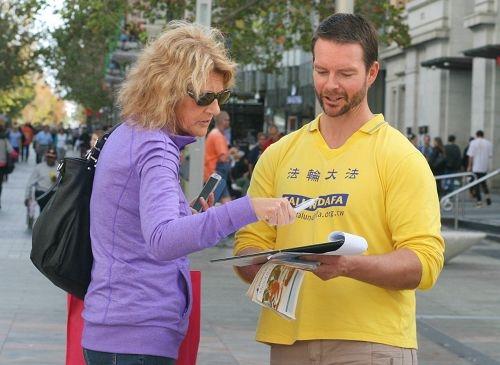 澳洲珀斯部份法輪功學員在市中心講法輪功受迫害真相活動,並徵集簽名支持反迫害,反對活摘器官(明慧網)