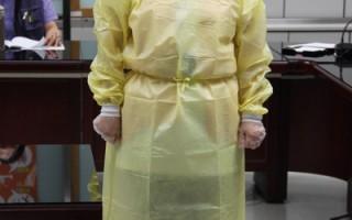 台北市卫生局示范防护穿着。(台北市卫生局提供)