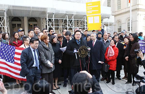 今年3月13日,数十民代、民选官员与社区人士在市政厅前集会,要求白思豪将黄历年列入公校历。(杜国辉/大纪元)