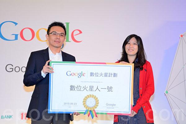 今年為台大政治系應屆畢業生的陳玉雯(右)同學表示,Google AdWords證照已經成為數位行銷職務必備的證照之一,目前她已經獲取華碩數位行銷職務。(方惠萱/大紀元)