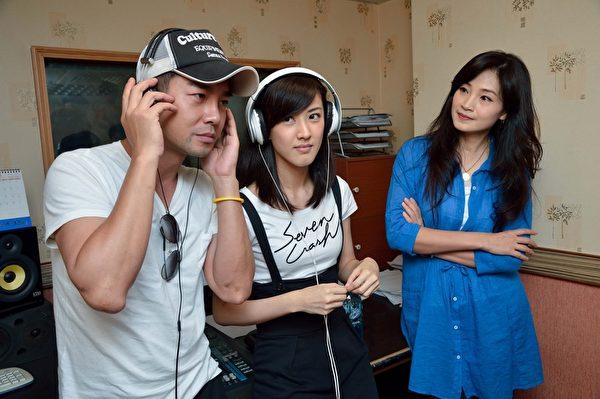 (左起)謝承均及陳怡嘉為戲唱歌,方季韋親臨現場指導。(三立提供)