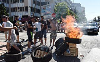 6月25日清早,法国出租车行业掀起了大规模对抗Uber的罢工运动。(AFP PHOTO / ANNE-CHRISTINE POUJOULAT)