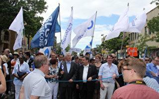 6月24日在蒙特利爾進行的魁北克省慶遊行,有眾多政要現身參加慶祝活動。圖中右一:魁人黨黨領卡爾‧培拉多,右二:蒙特利爾市長柯代赫,右三:魁北克政團黨領吉爾‧杜塞普。(鍾原/大紀元)