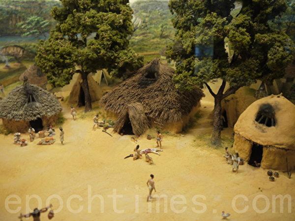 刻畫石器時代生活的模型。(溫文清/大紀元)