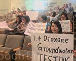6月24日晚,市民到圣荷西规划委员会举牌抗议纽比垃圾场臭味太大。(梁博/大纪元)