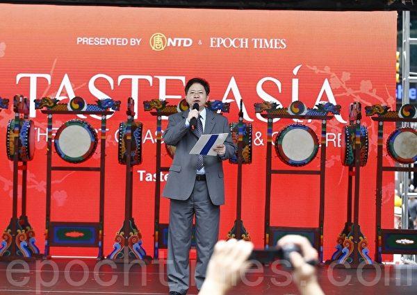 2015年6月26日,「亞洲美食節」在紐約時代廣場鳴鑼開幕,新唐人電視台總裁唐忠致開幕詞。(戴兵/大紀元)