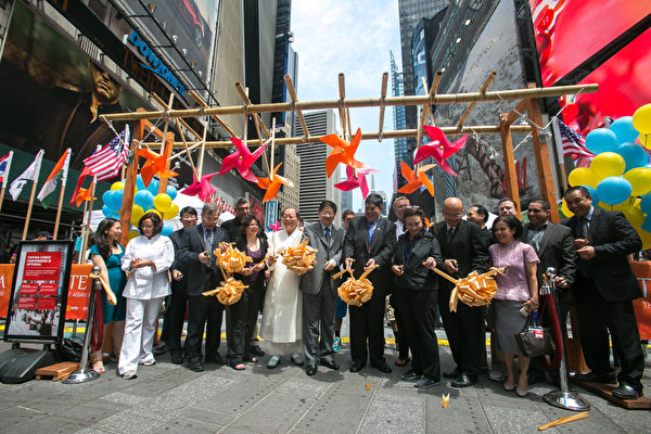 """由《大纪元时报》和新唐人电视台联合主办的""""亚洲美食节""""6月26日中午在纽约时代广场盛大开幕。新唐人电视台总裁唐忠(前排左六)与嘉宾曼哈顿商会副主席Laura Bucko女士(前排左四)、中华民国驻美投资贸易服务处凌家裕主任(前排左三)、泰国驻纽约总领事Pornpong Kanittanon先生(前排右四)、加拿大著名美食主持人克里斯蒂娜·库欣(Christine Cushing)(前排左二)、扁康韩医院院长徐孝锡在开幕式前剪彩。(Benjamin Chasteen/Epoch Times)"""