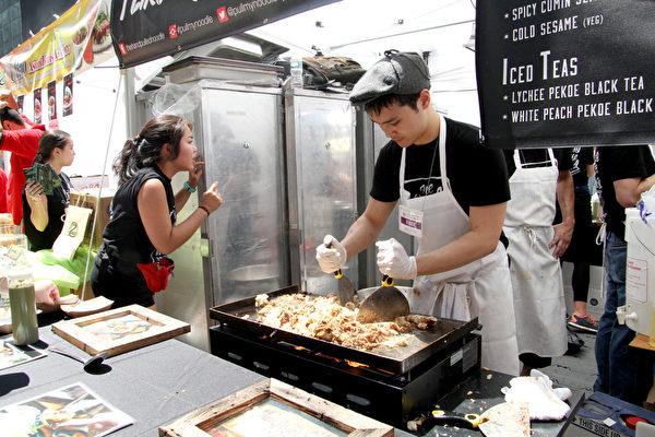 2015年6月26日的亚洲美食节在时代广场盛大开幕,在这里可以找到各具特色的亚洲美味。(孙华/大纪元)