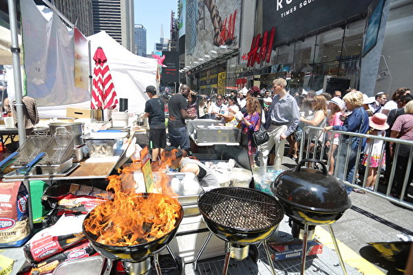 2015年6月26日的亚洲美食节在时代广场盛大开幕,老饕、游客蜂拥而至。(孙华/大纪元)