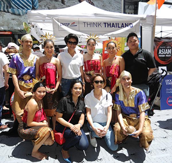 2015年6月26日的亚洲美食节在时代广场举行,泰国的帅哥靓女也来助兴。(张学慧/大纪元)